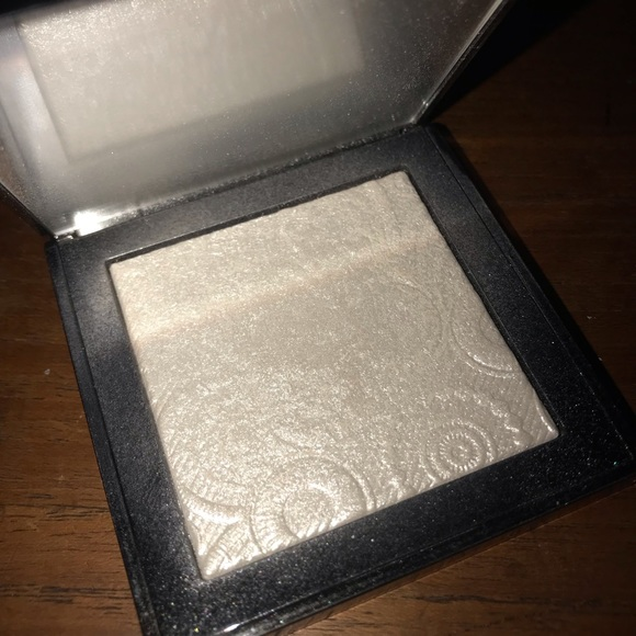 Burberry Other - Burberry fresh glow highlighter in No.01 white
